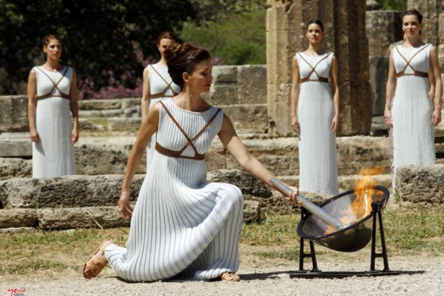 Un grupo de actrices llevan a cabo el ritual de encendido de la llama Olímpica en el templo de Hera en Olimpia. (Foto: COH)