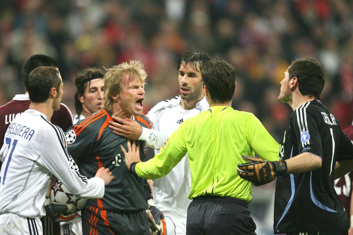 Kahn se encara con Casillas en un partido en el Bernabéu. (AFP)