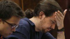 Pablo Iglesias e Iñigo Errejón en sus escaños. (Foto: AFP)