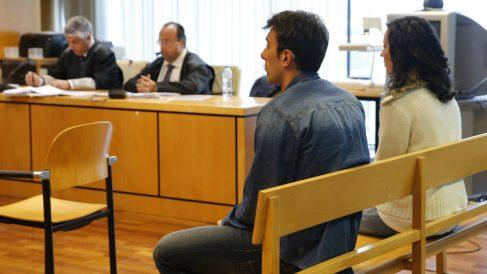 Iván T. P. y Lorena G.F. sentados en el banquillo de la Audiencia de Madrid durante su comparecencia de hoy lunes 18 de abril. (Foto: EFE)