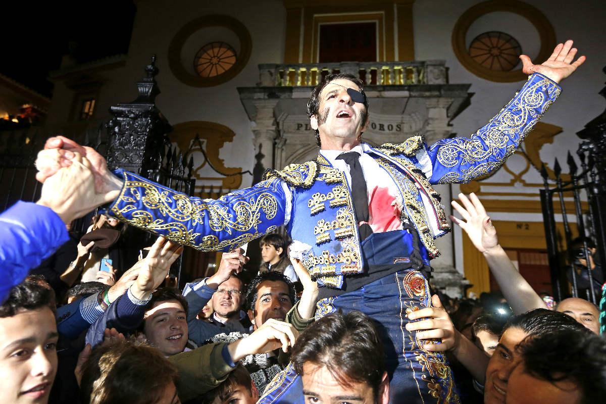 Juan José Padilla sale a hombros por la Puerta del Príncipe de la Maestranza de Sevilla (Foto: Efe).