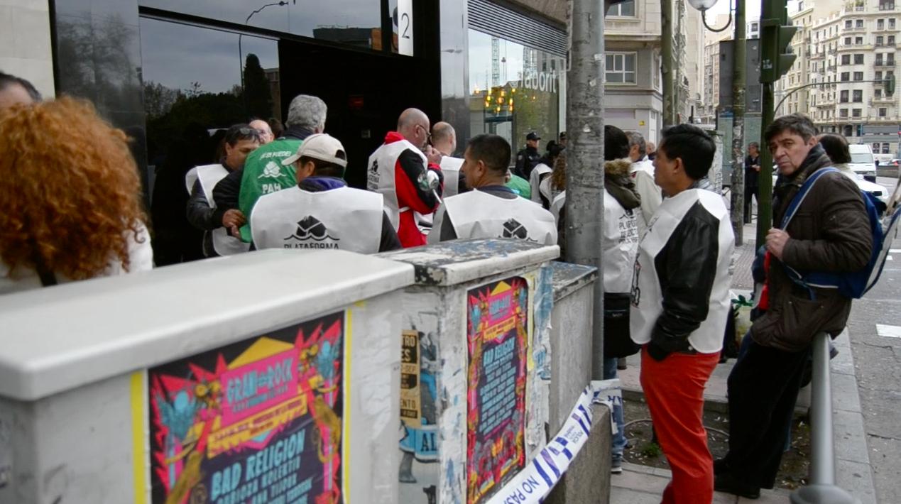 Los antidesahucios en la calle Princesa. (Foto: OKDIARIO)