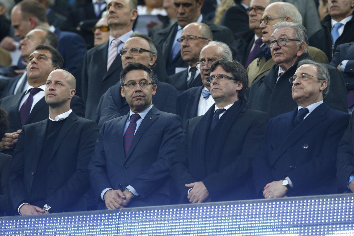 Los asistentes al palco del Camp Nou guardan un minuto de silencio por Johan Cruyff. (Reuters)