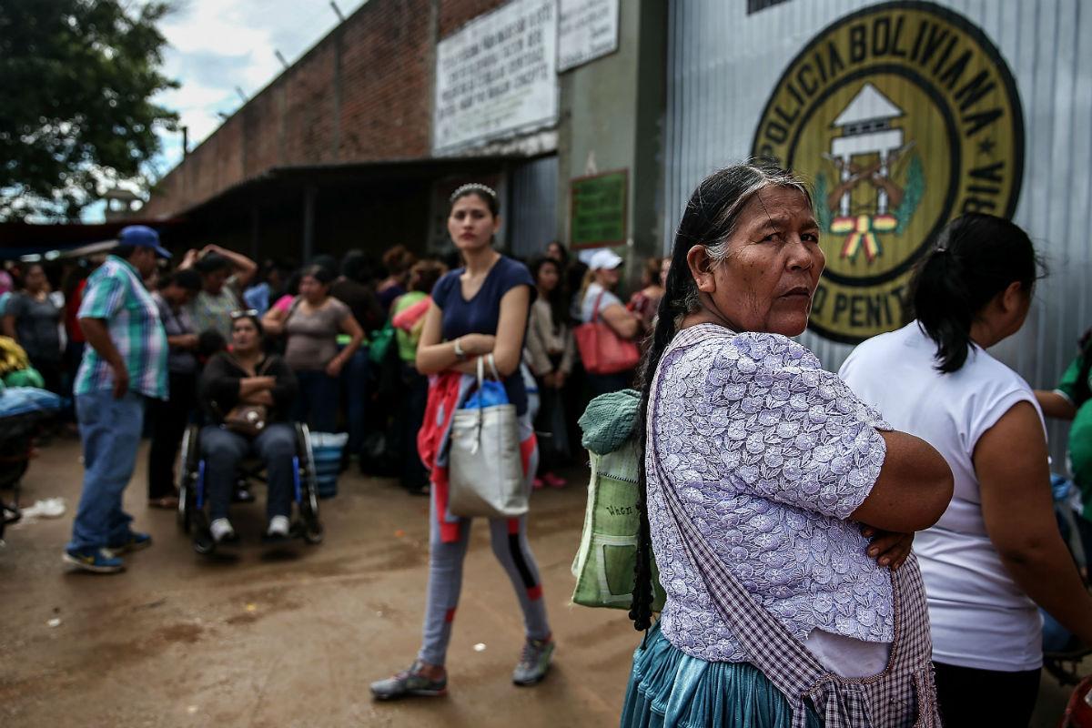 Una mujer espera turno para entrar en la prisión de Palmasola, Bolivia.