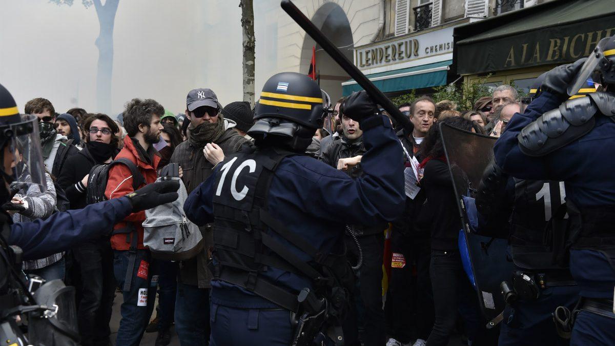 Enfrentamientos entre policías y manifestantes por la reforma laboral en París. (AFP)