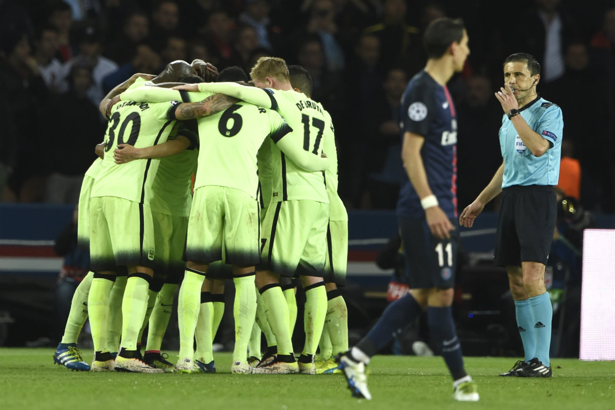 Los jugadores del City celebran el 2-2 en París. (AFP)
