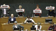 Diputados de Bildu interrumpen la intervención del PP en el Parlamento de Navarra. (Foto: EFE)