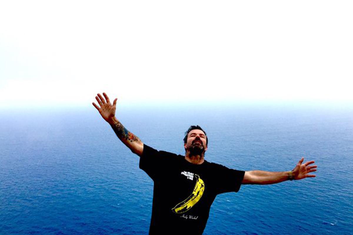 Pau Donés en la imagen con la que anuncia su curación. (Foto: @jarabeoficial)