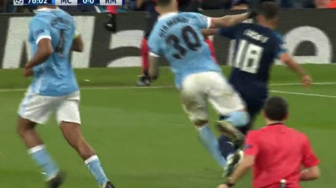Lucas Vázquez pidió penalti: Otamendi no tocó balón