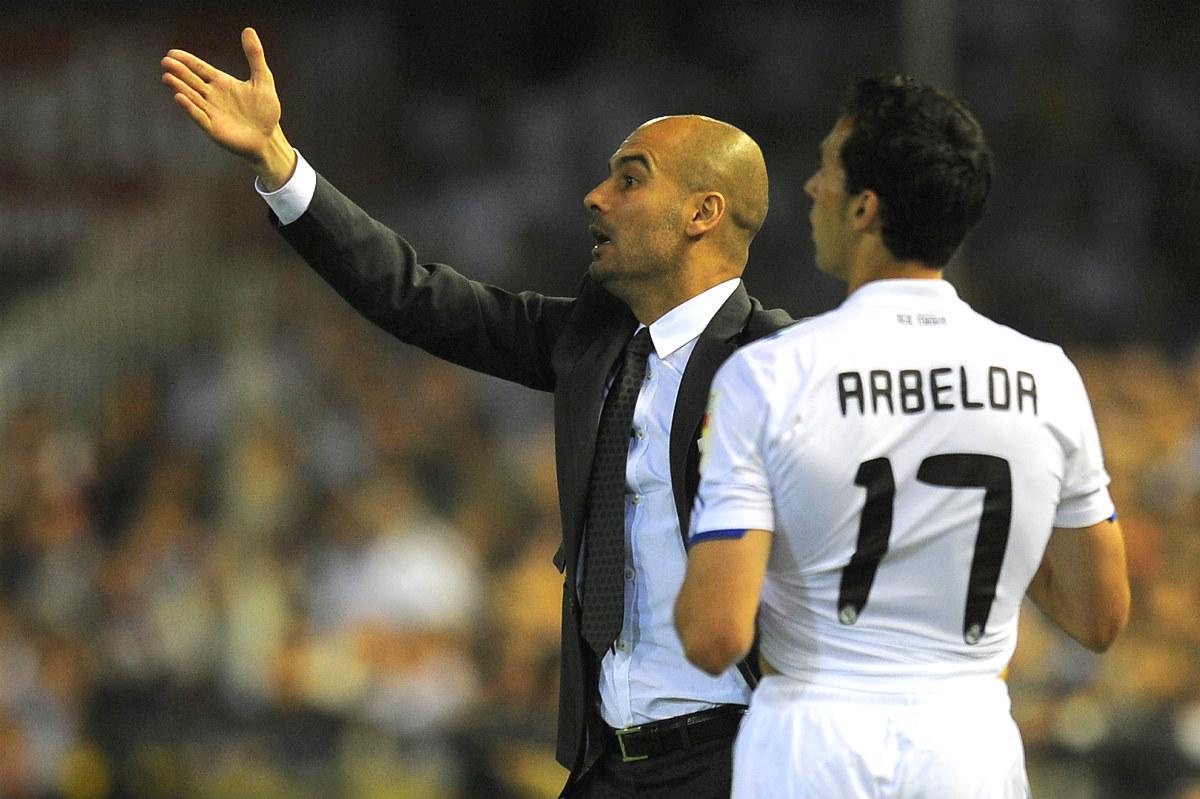 Guardiola da instrucciones delante de Arbeloa. (AFP)