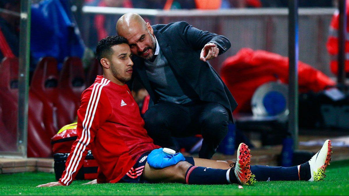 Guardiola dialoga con Thiago al final del partido ante el Atlético. (Getty)