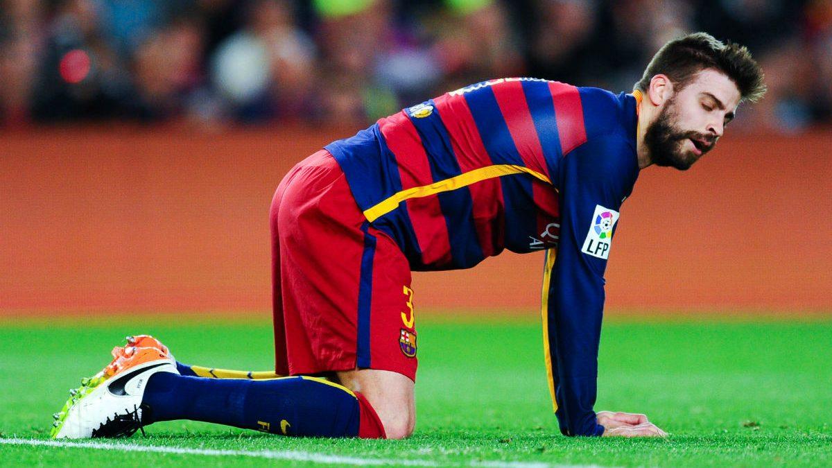 Piqué se lamenta en la derrota contra el Valencia. (Getty)