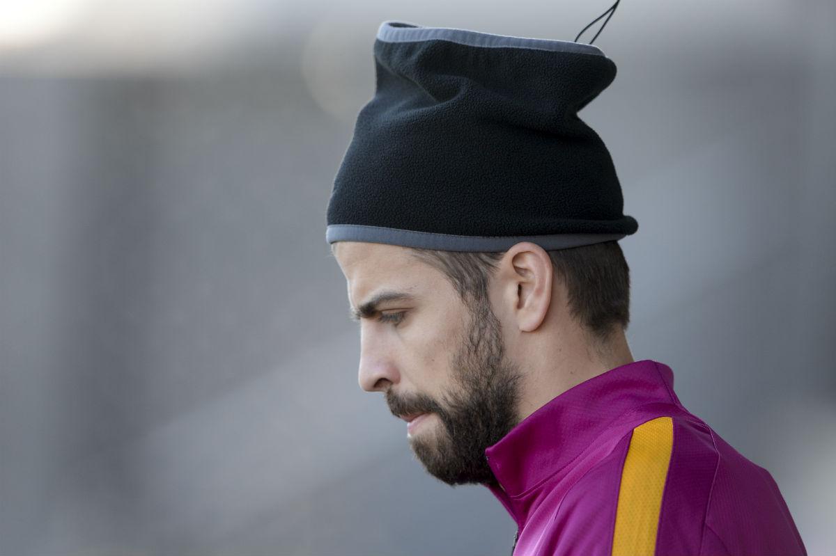 Piqué, con rostro serio en un entrenamiento del Barcelona. (AFP)