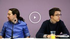 Iglesias y Errejón miran cada uno a un lado durante la rueda de prensa (Foto: Efe).
