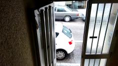 Los okupas atrancan la puerta para entrar cuando quieran. (Foto: OKDIARIO)