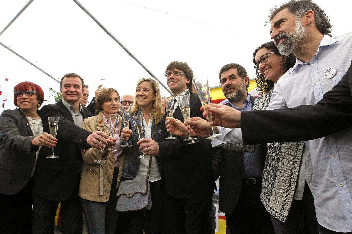Puigdemont en el brindis por la 'república catalana' (Foto: Efe).