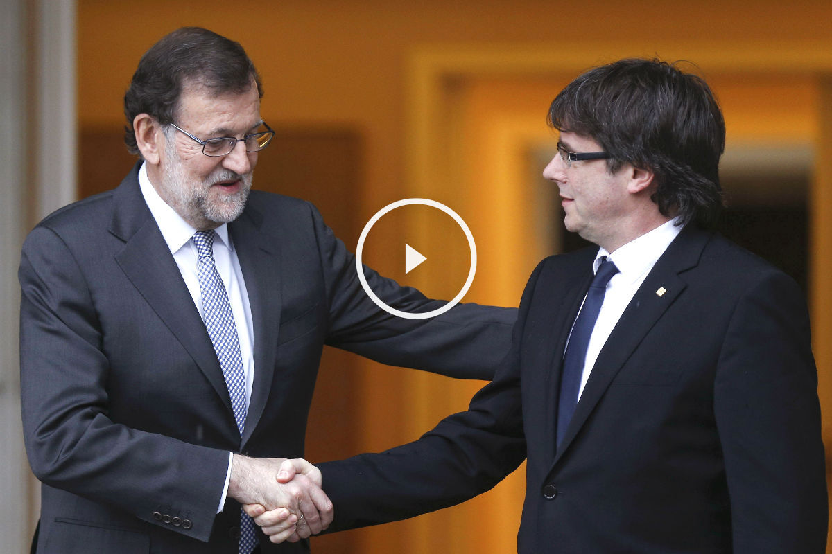 El presidente del Gobierno en funciones, Mariano Rajoy, saluda al presidente de la Generalitat, Carles Puigdemont. (Foto: EFE)