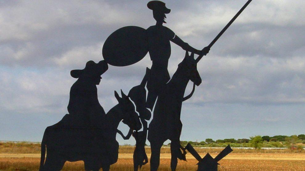 El hidalgo Don Quijote acompañado de su fiel escudero Sancho Panza, ambos personajes emblemas de la literatura española.