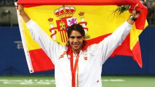 Rafa Nadal, con la bandera de España tras ganar el oro en Pekín 2008. (Getty)