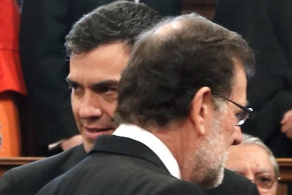 Rajoy y Sánchez se saludan tra sla entrega del premio Cervantes (Foto: Efe).