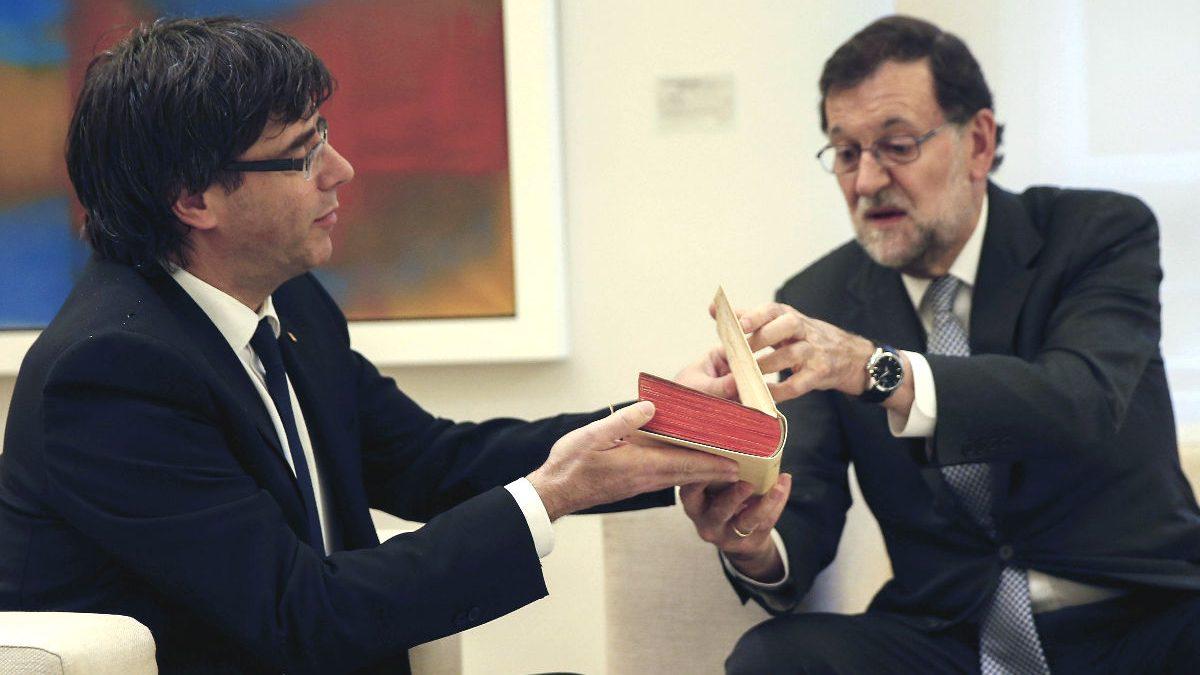 Carles Puigdemont y Mariano Rajoy. (Foto: EFE)