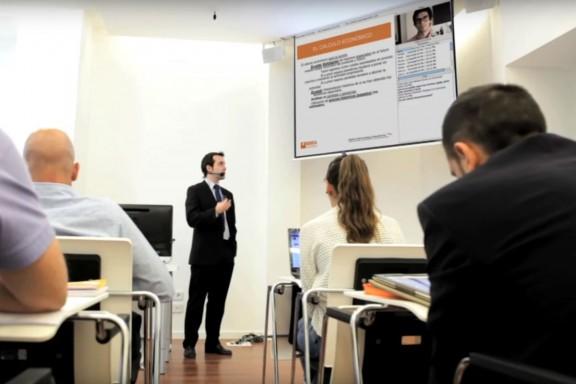 El economista Juan Rallón Rallo impartiendo una clase en OMMA.
