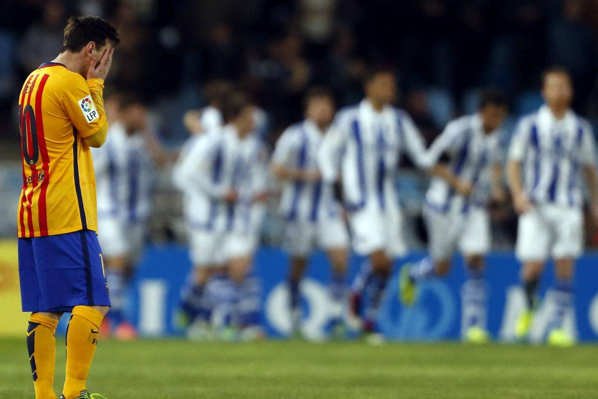 Messi se tapa la cara tras el gol de la Real Sociedad. (EFE)