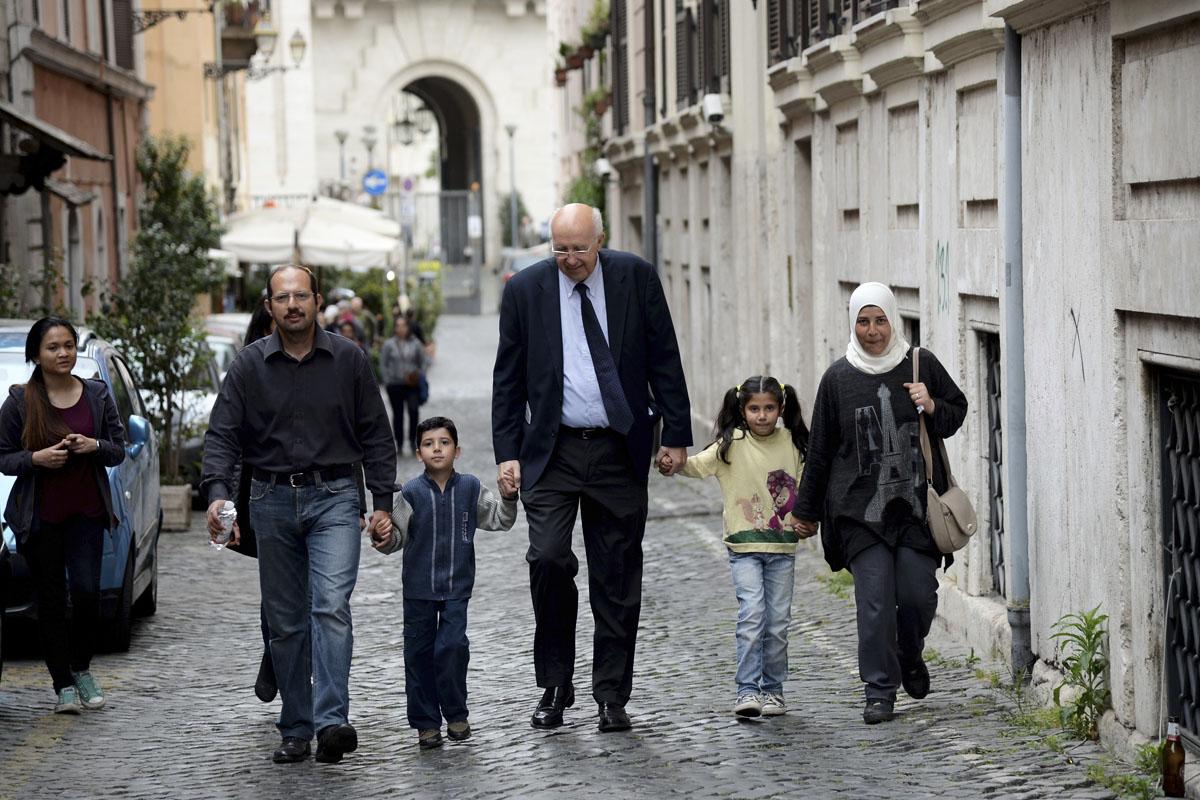 Algunos de los refugiados acogidos por el Papa paseando por las calles de Roma. (Foto: AFP)