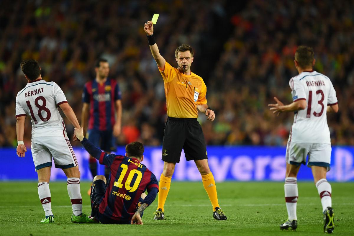 Rizzoli muestra una amarilla a Bernat por una falta sobre Messi. (Getty)