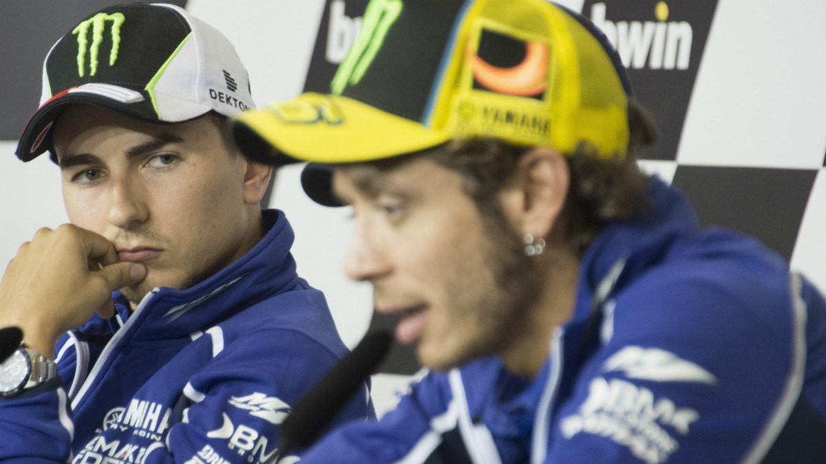 Lorenzo observa a Rossi, el hombre que le ha sacado de Yamaha. (Getty)