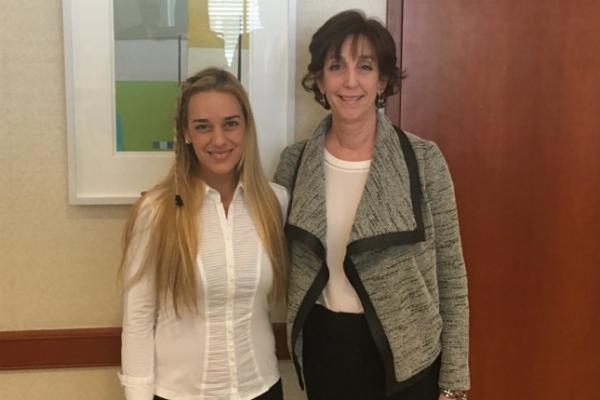 Roberta Jacobson (dcha.), junto a Lilian Tintori, esposa de Leopoldo López. (Twitter)