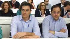 Pedro Sánchez y César Luena  (Foto: EFE)
