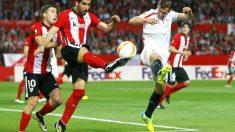 Luis García despeja el balón ante Llorente. (Reuters)