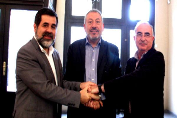 Jordi Sánchez, Toni Infante y Cristòfol Soler en la firma del acuerdo de las entidades independentistas.