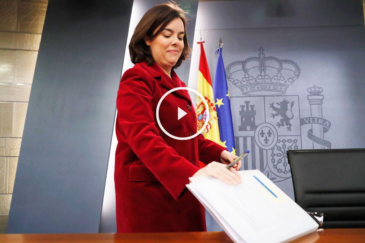 La vicepresidenta del Gobierno Soraya Sáenz de Santamaría antes de la rueda de prensa posterior al consejo de ministros. (Foto: EFE)
