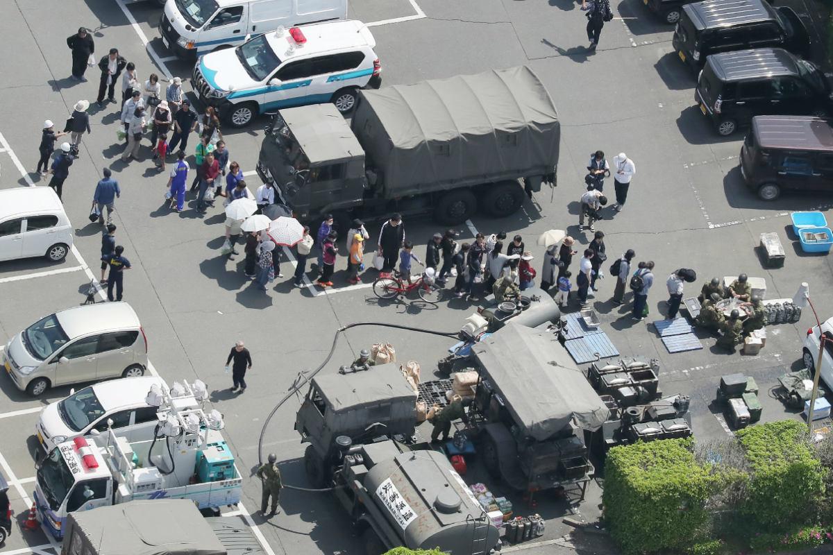 Afectados por el sismo hacen cola para recibir la comida que entregan equipos militares en las zonas más dañadas por el terremoto. (Foto: AFP)