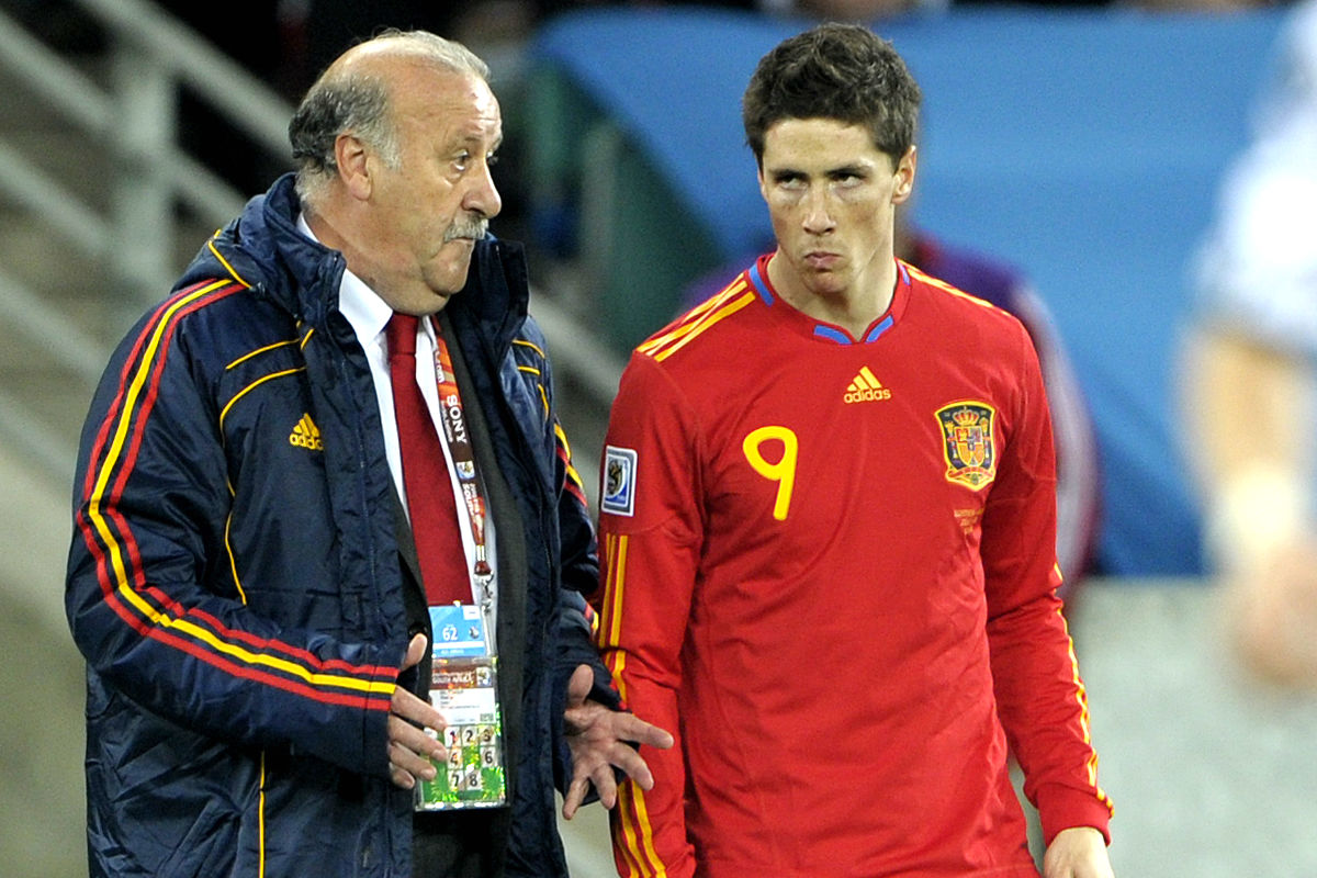 Del Bosque da instrucciones a Torres durante el España-Alemania del Mundial 2010. (AFP)