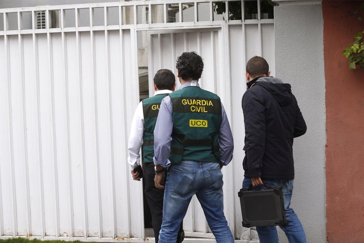 Registro de los agentes de la UCO. (Foto: EFE)