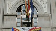 La bandera republicana en el Ayuntamiento de Valencia. (Foto: EFE)