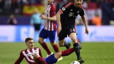 Xabi Alonso disputa un balón con Griezmann. (AFP)