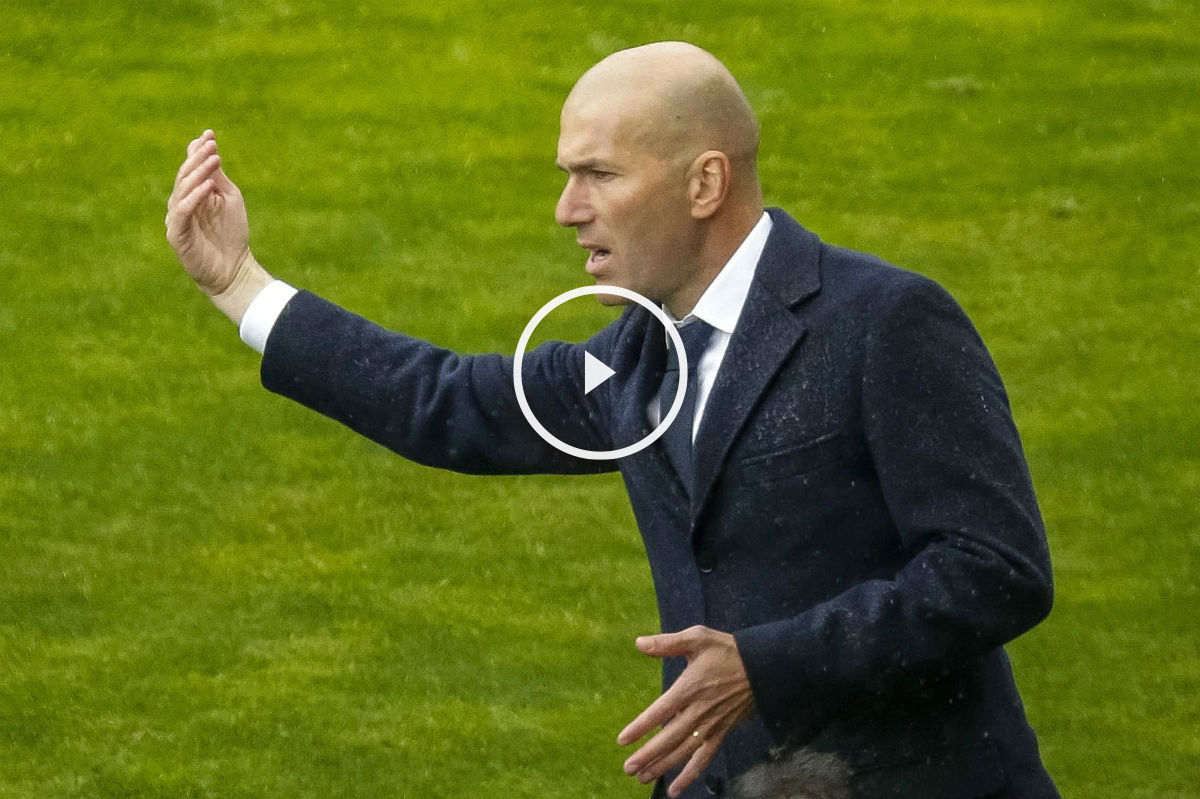 Zidane da órdenes en Vallecas. (EFE)