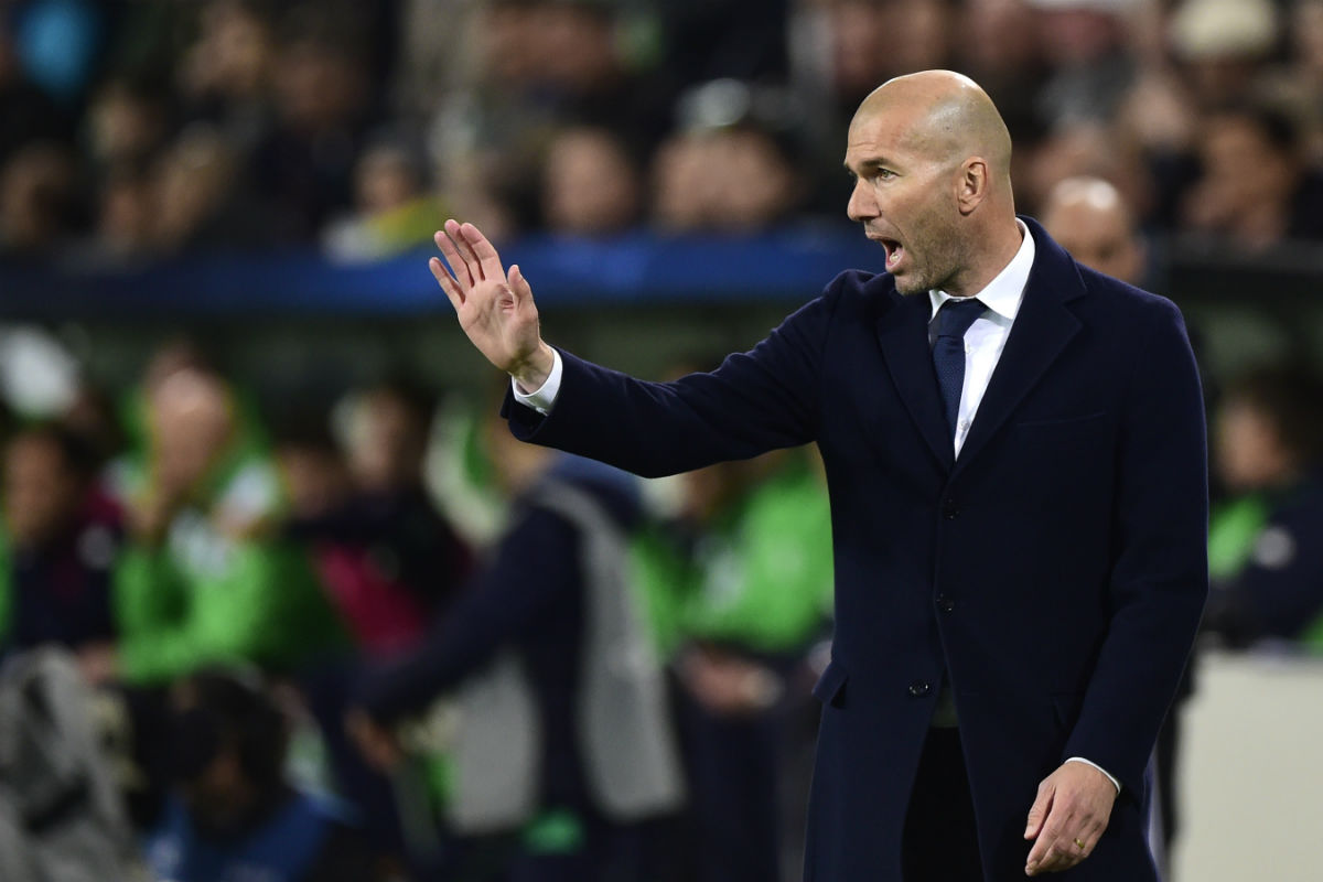 Zidane da indicaciones en el partido contra el Wolfsburgo. (AFP)