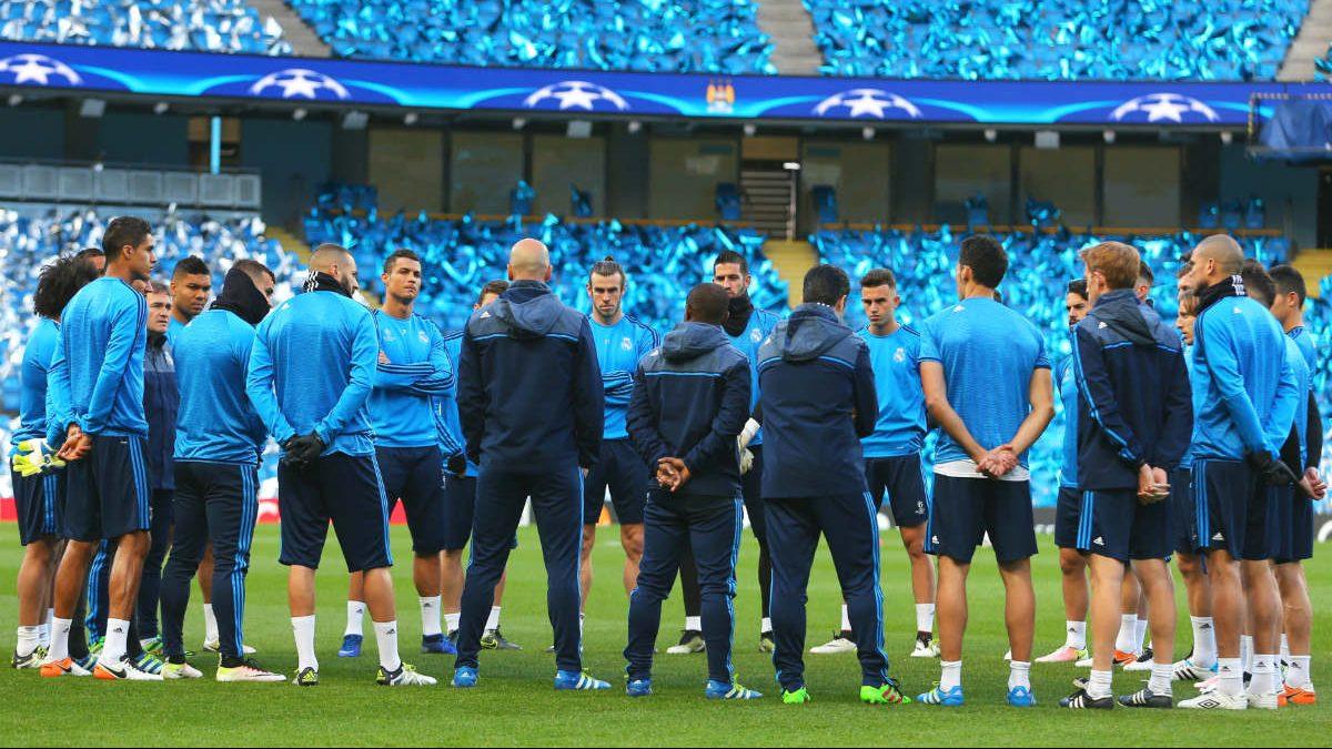 Zidane habla con los jugadores en el entrenamiento en el Etihad. (Getty)
