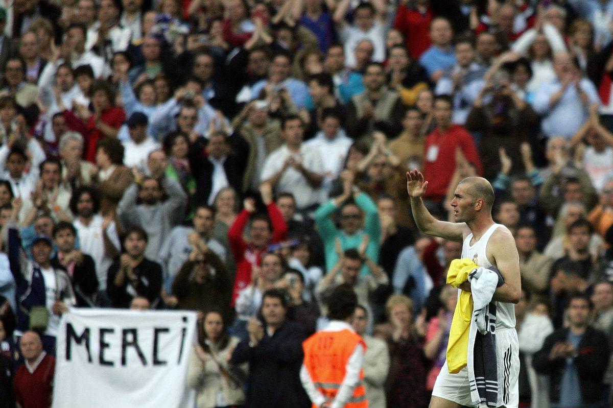 Zidane abandona el estadio Santiago Bernabéu el día de su último partido contra el Villarreal. (AFP)