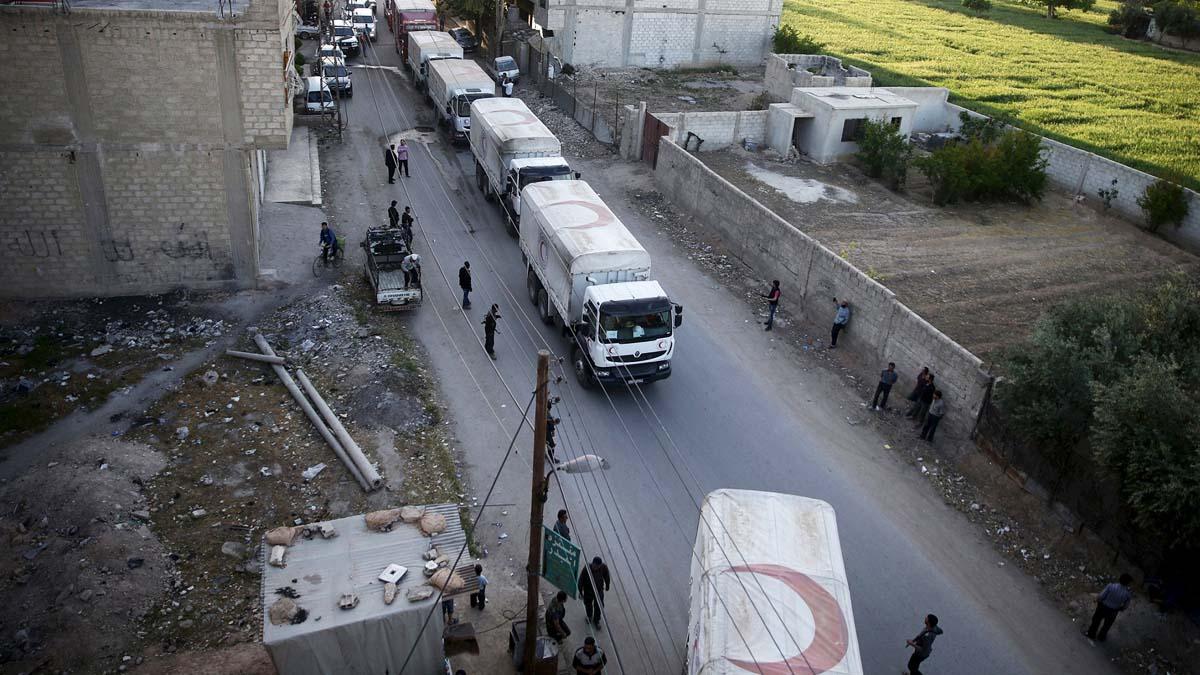 Un convoy de ayuda de la Media Luna Roja (Foto: Reuters)