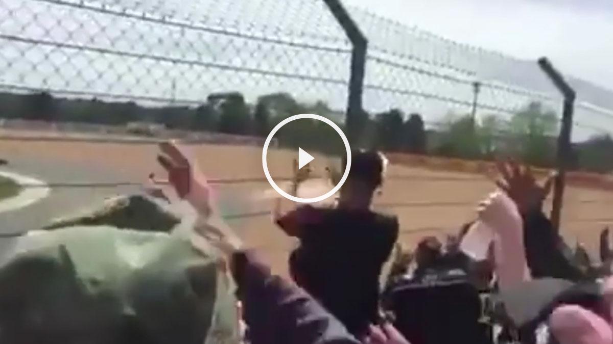 Fans de Rossi festejan la caída de Márquez.