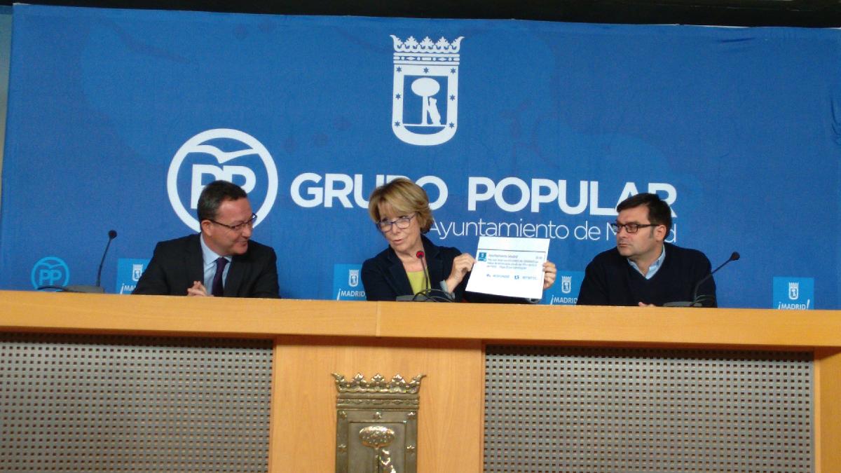 La líder del PP en el Ayuntamiento mostrando el polémico tuit. (Foto: OKDIARIO)