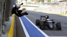 Los ingenieros de McLaren-Honda celebrando la sexta posición de Alonso en Sochi (McLaren)