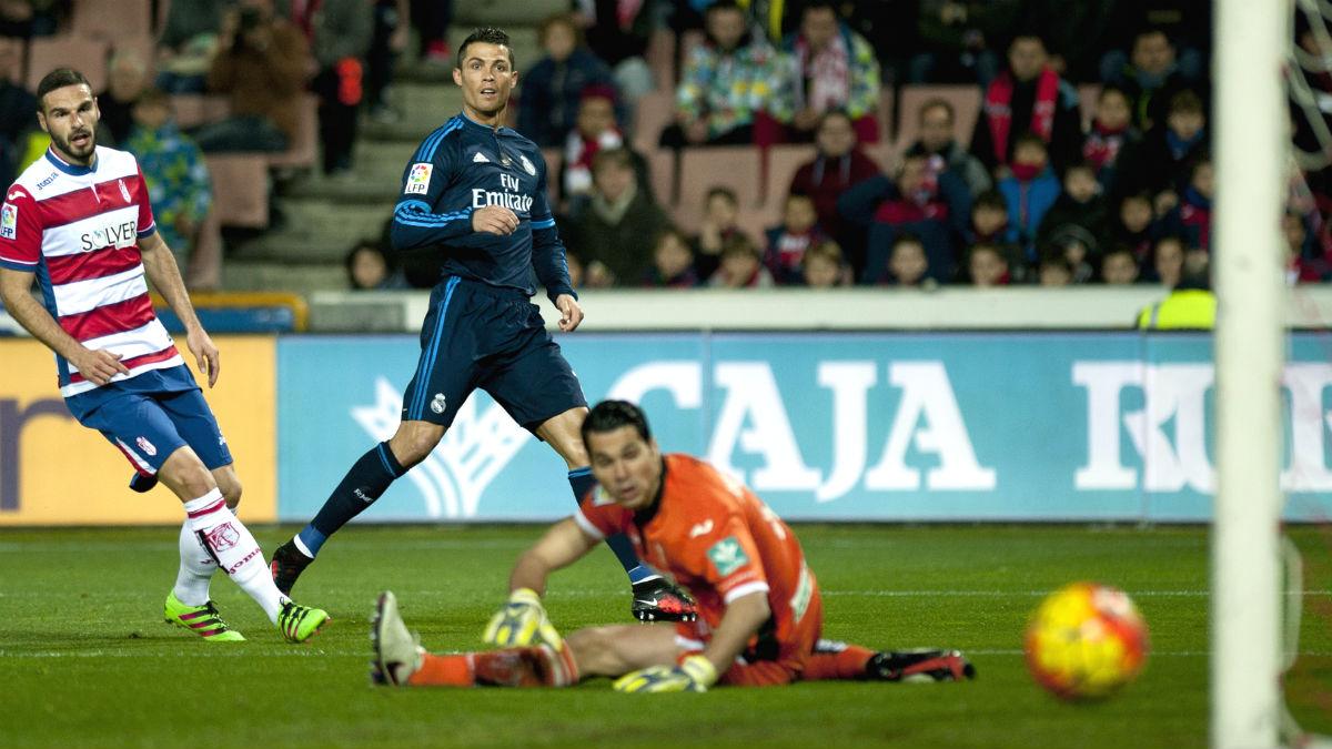 Cristiano Ronaldo marca ante el Granada. AFP