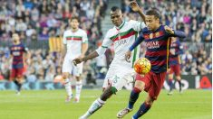 Neymar contra los defensas del Granada en la primera vuelta. (Getty)